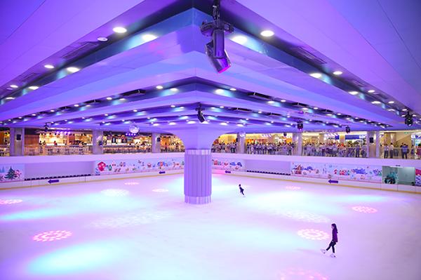 Sân băng tự nhiên lớn nhất Việt Nam Vincom Ice Rink rộng gần 2.000m2 tại toà tháp cao nhất Việt Nam The Landmark 81.