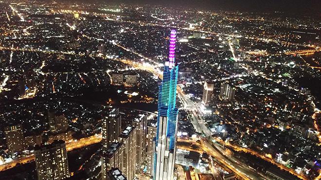 Khi thành phố lên đèn, tòa tháp cao nhất Việt Nam đẹp lung linh với nhiều màu sắc. Đứng xa cả chục km, vẫn thấy tòa nhà nổi bật nhất ở TP.HCM.