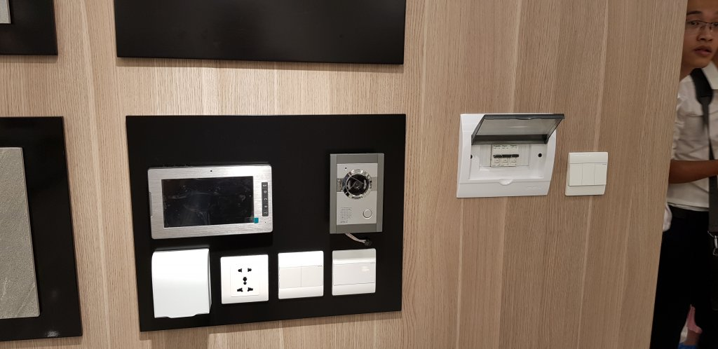 Thiết bị điện (ổ cắm, cầu dao, công tắc, intercom, camera bên ngoài cửa căn hộ VinCity